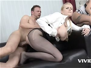 Jarushka Ross demonstrates Her pals How To please A man meat