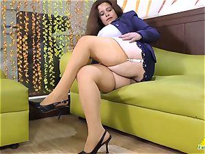 LatinChili Mature chubby finger-tickling masturbation
