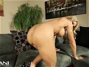 fitness honey fingers her pussy and fumbles her fat pleasure button