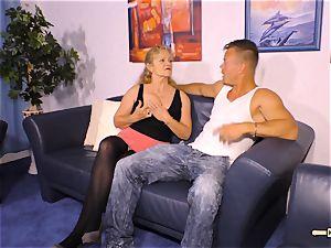 HAUSFRAU FICKEN - chesty German mature gets jizm on bosoms