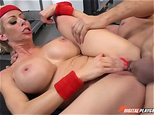 torrid mummy Alexis Fawx deep-throating salami at the gym
